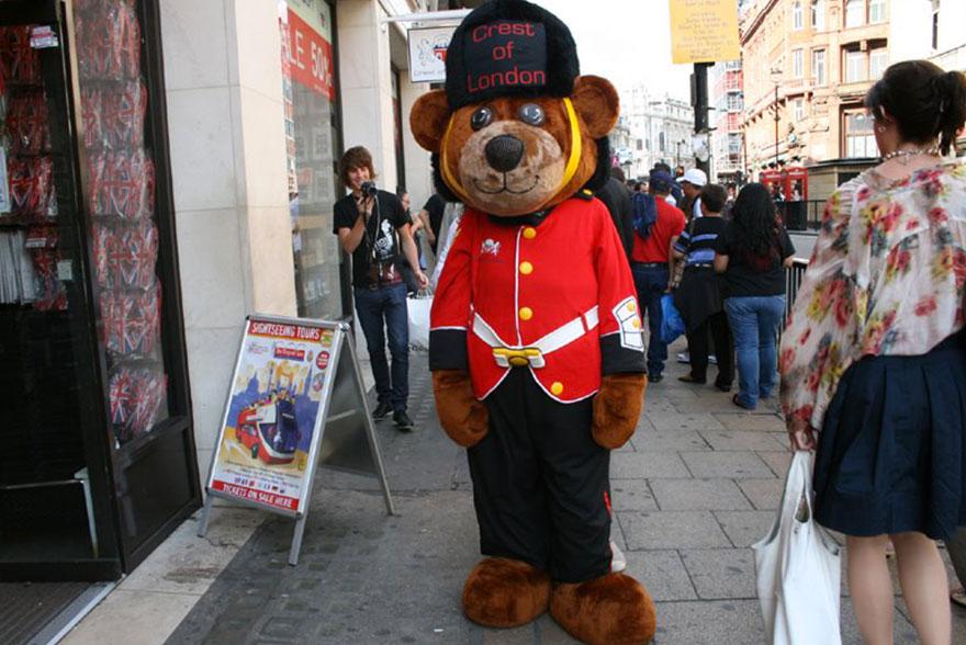 Ours en uniforme anglais