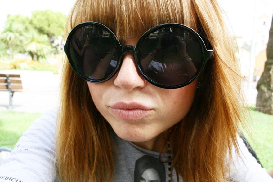 Rousse lunettes noires rondes