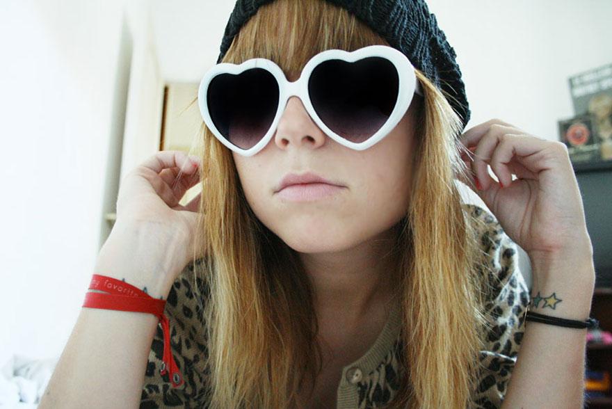 Katia lunettes blanches coeur et cardigan léopard