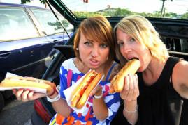 Katia et Geraldine Hot Dog