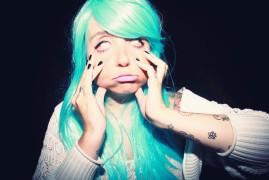 Katia cheveux turquoise