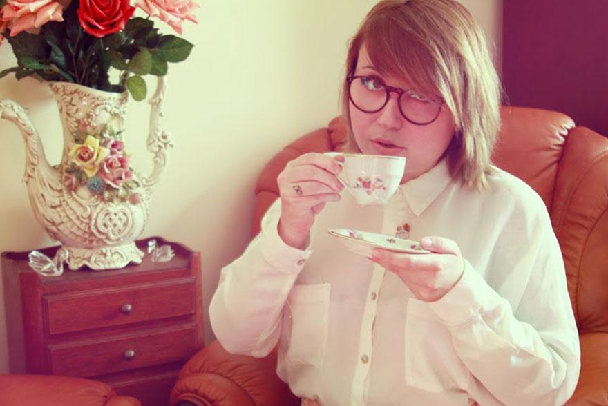 Katia boit du thé