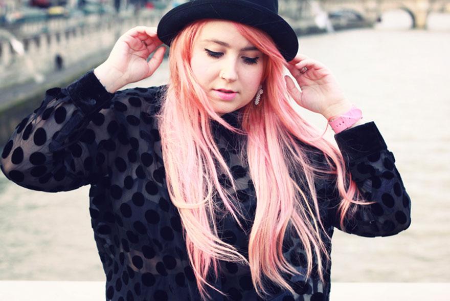 Chemise à pois et cheveux roses