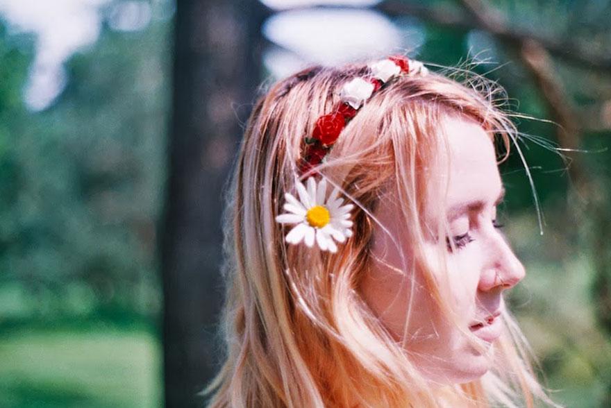 Cheveux roses couronne de fleurs